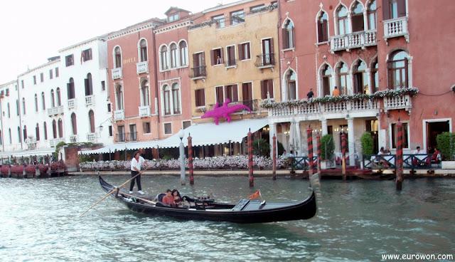 Pareja en una góndola de Venecia