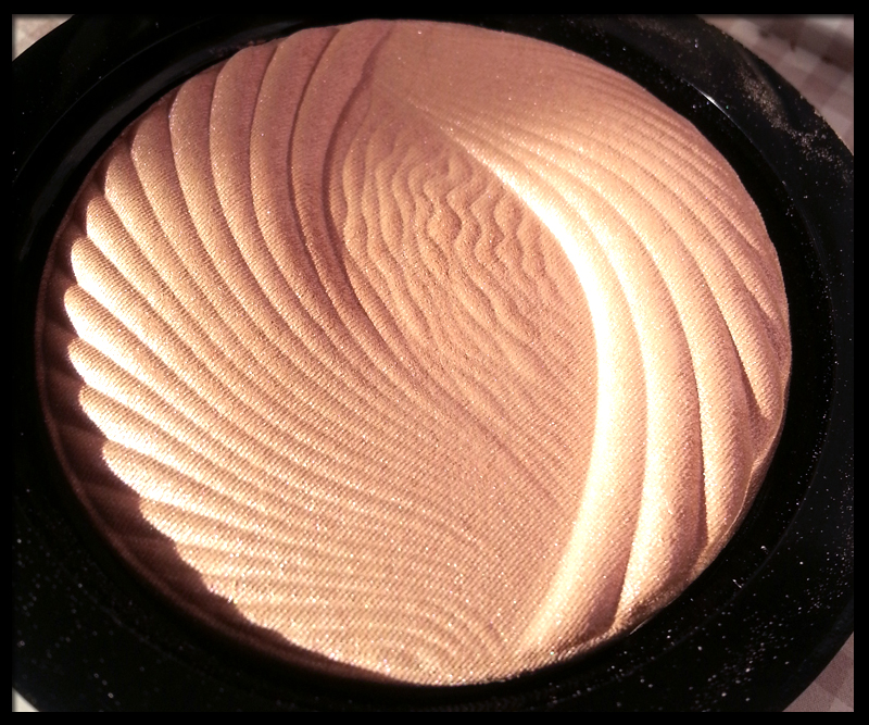 Makeup Revolution - Vivid Baked Highlighter in Peach Lights