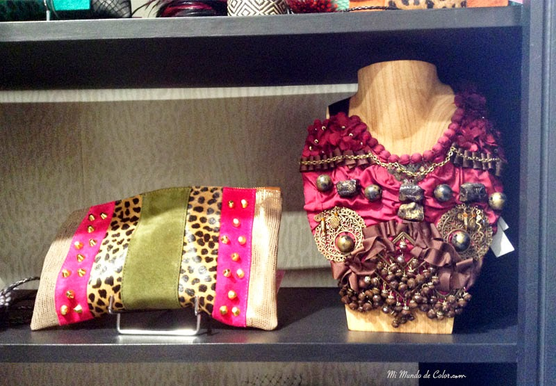 collar babero, cartera animal print y tachuelas