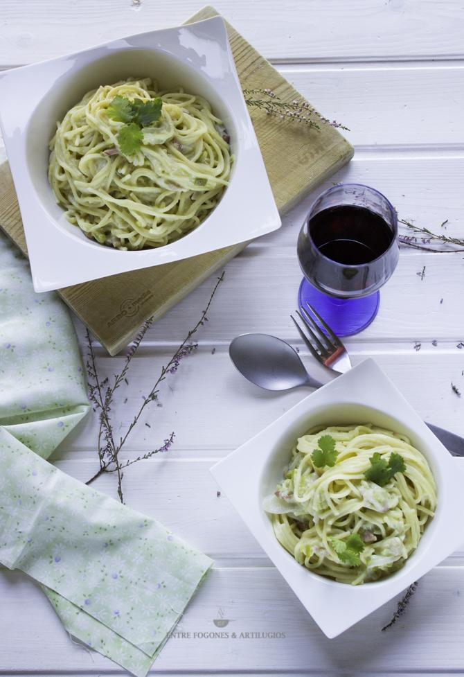 espaguetis con calabacín, nata y bacon