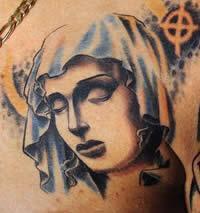 un diseño con un motivo religioso , el rostro de la virgen maría