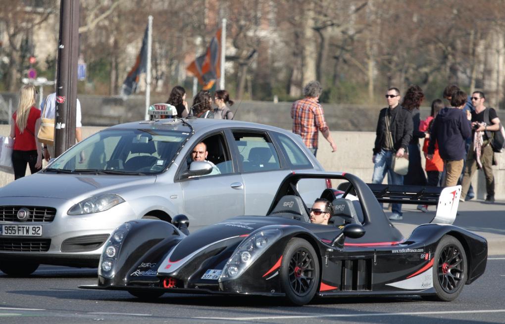 Một chiếc Radical SR3 SL chạy trên phố, trông thật ấn tượng!