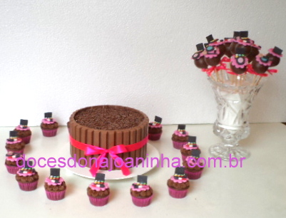 Bolo kit kat com cake pop e cupcakes decorados com maquiagem Mac, com baton, sombras, pincéis