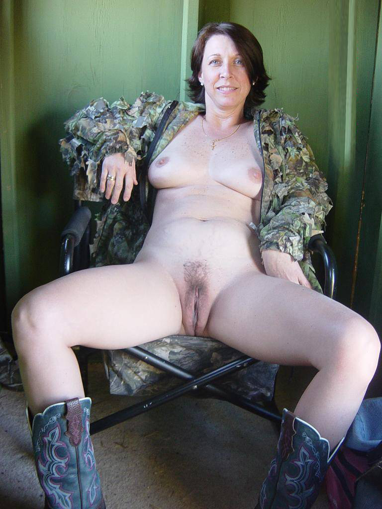 Mature amateur spreading legs pussy
