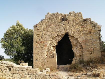 Les restes de la capella de Sant Martí de la Roca o del Castell