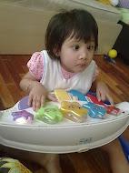 Ainie bermain piano