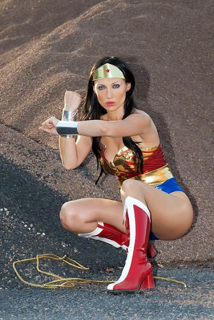 Giorgia Cosplay en un posado. Marvel Woman.
