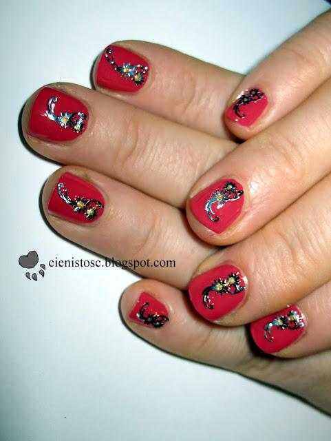 Czerwony lakier i srebrne kwiatuszki