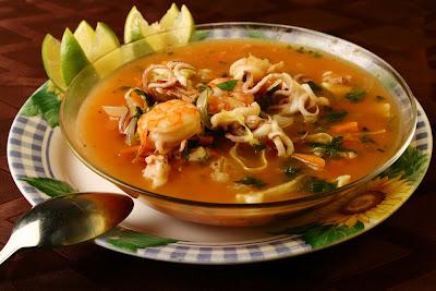 Pescado ensalada y agua sopa de mariscos con verduras - Sopa de marisco y pescado ...