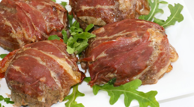 burgers wrapped in prosciutto