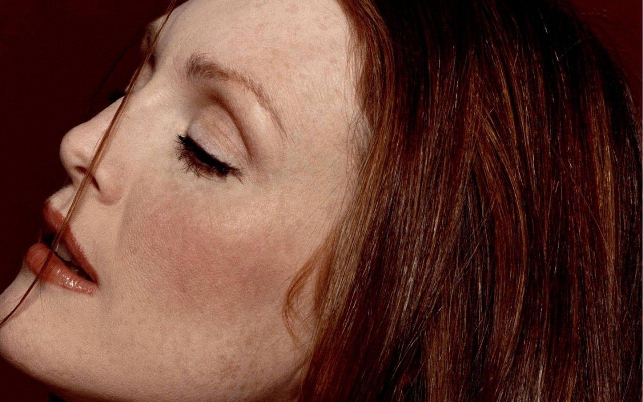 http://3.bp.blogspot.com/-4WL_-kLlxHE/T7OhEXsZwQI/AAAAAAAABVA/uScpJWWLyq8/s1600/julianne-moore-side-face_110551-1280x800.jpg