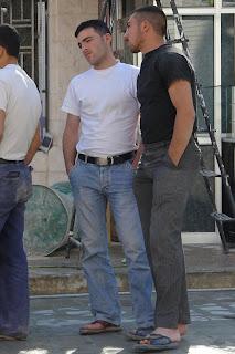 Homem usando jeans e chinelo de dedo