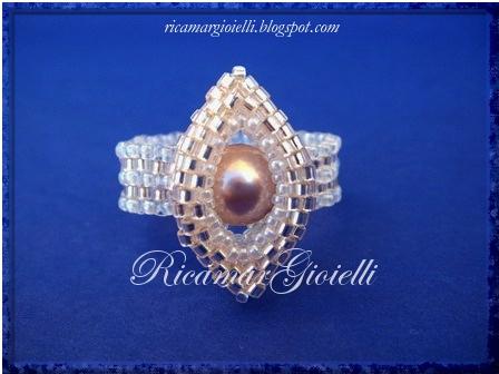 Anello con ovale in peyote e perla incastonata
