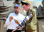 """החייל שואל """"יש לכם תפילין""""? אני מעטר את ידיו ברצועות השחורות, ומתרגש עד דמעות כשהוא אומר שמע ישראל"""