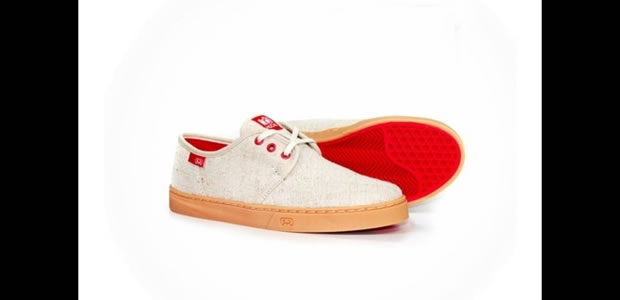 Da marca para skatistas Hocks, o modelo clarinho com solado e detalhes em vermelho (Foto: Reprodução)
