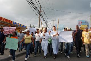 Regidores del PRD se crucifican en apoyo a ocupantes de terrenos estatales