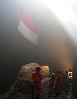 Pengibaran Bendera merah putih di puncak gunung