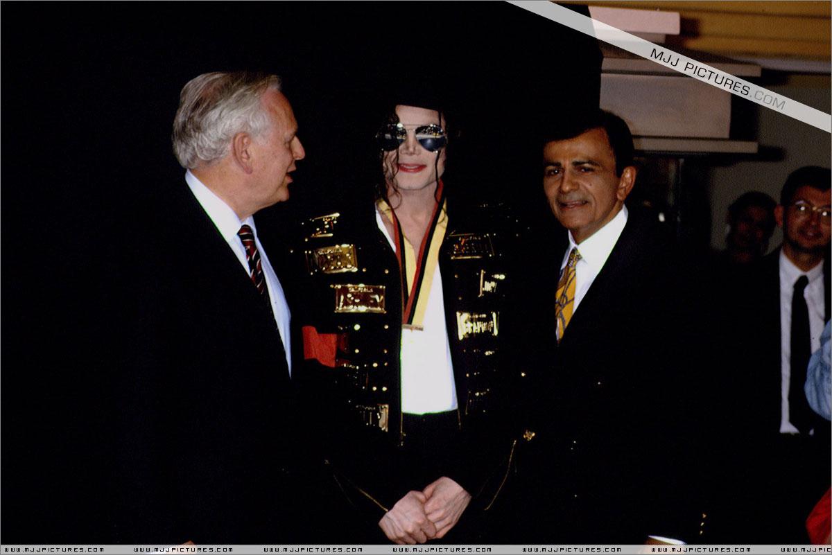 http://3.bp.blogspot.com/-4YHiTDDsO08/UEfX-BqDKNI/AAAAAAAAZeY/9U5kakK-x4I/s1600/michael_jackson_awards_guinness_may_1993+(7).jpg