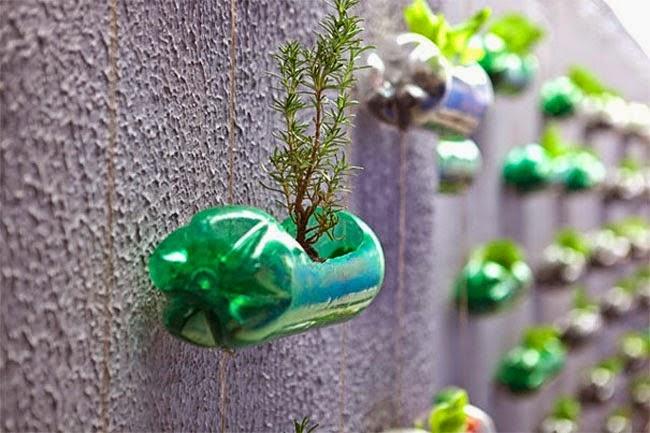 Araña de luces hecha con bases de botellas de plástico