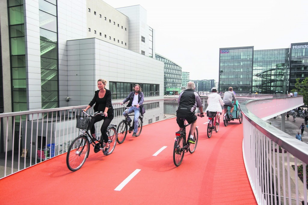 The creation of a brand-new bridge over the busy harbor front is to demonstrate how the infrastructure is always the same result: if you build more roads for cars, cars will fill. If you make pedestrian, pedestrians will fill you build bike lanes, bicycles will be filled! The municipality of Copenhagen chose the last option and the result is once again amazing.