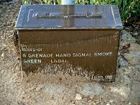 La caixa de l'exèrcit americà on hi ha el llibre de signatures, al cim del Serrat de l'Àliga