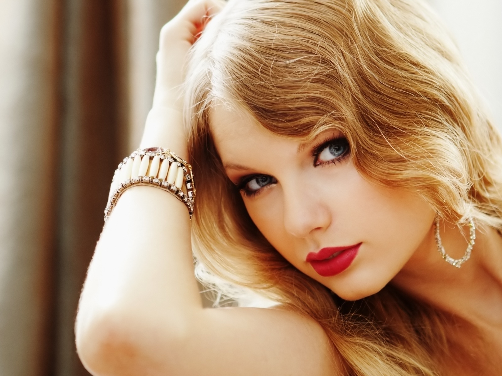 http://3.bp.blogspot.com/-4ZJRi4h_IXo/UDQ0vhpA2zI/AAAAAAAABCg/C5mcA4x6nvo/s1600/taylor-swift-hot-red-lipstick-taylor-swift-31650397-1600-1200.jpg