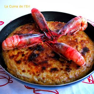 Truita de fideuà amb gratinat d'allioli, gambes i emulsió de pebre vermell