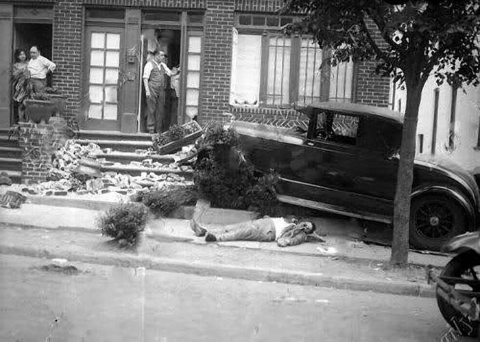 July 1, 1928. In the photo the body of Frankie Yale, one of the most influential gangster in Brooklyn at the time. Sitting at the bar, he received a phone call from an unknown, who reported that his wife something happened. Yale jumped into his new Lincoln sedan and drove home.