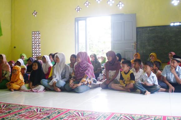 Anak-anak Yatim Desa Sayar di acara santunan Dompet Yatim