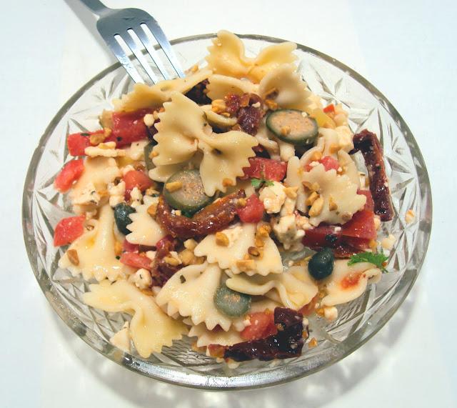 Sałatka z makaronem suszonymi pomidorami i orzechami włoskimi