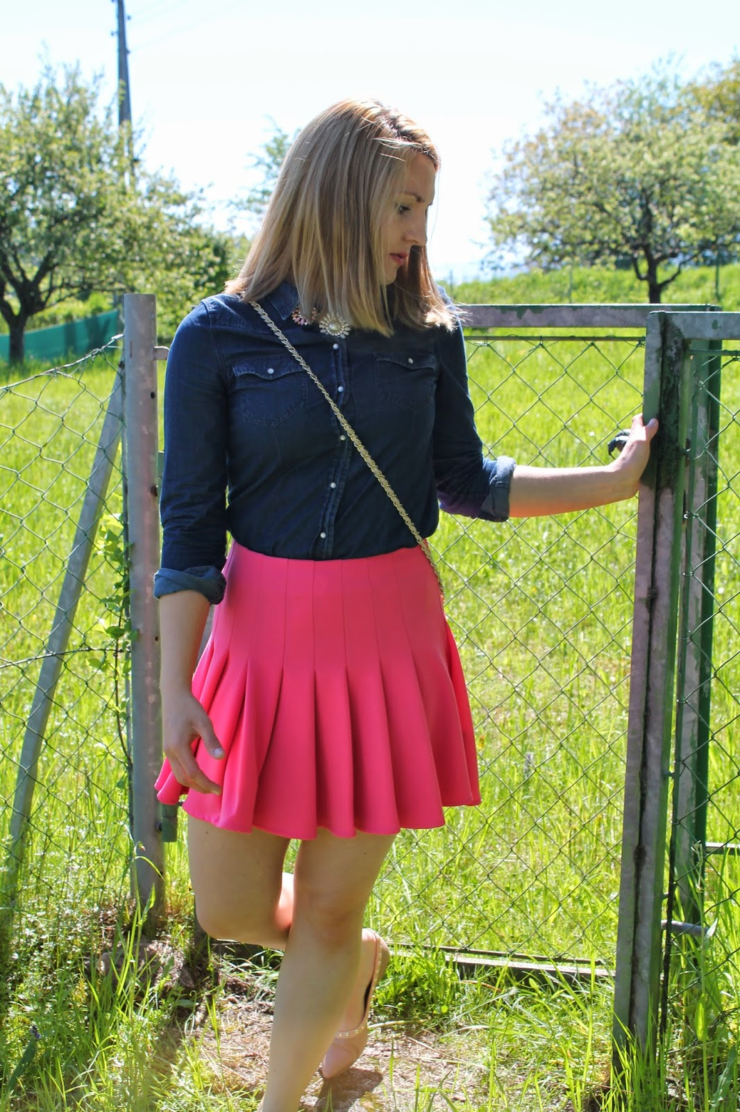 Fashionblogger Austria / Österreich / Deutsch / German / Kärnten / Carinthia / Klagenfurt / Köttmannsdorf / Spring Look / Classy / Edgy / Preppy/ H&M / Pink / Skirt / Skater Skirt / Valentino / Studded Flats / Statement Necklace / Asos / Oasap / C&A / Clockhouse / Jeans Blouse /