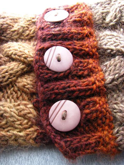 cuello de punto a dos agujas con trenzas y ochos