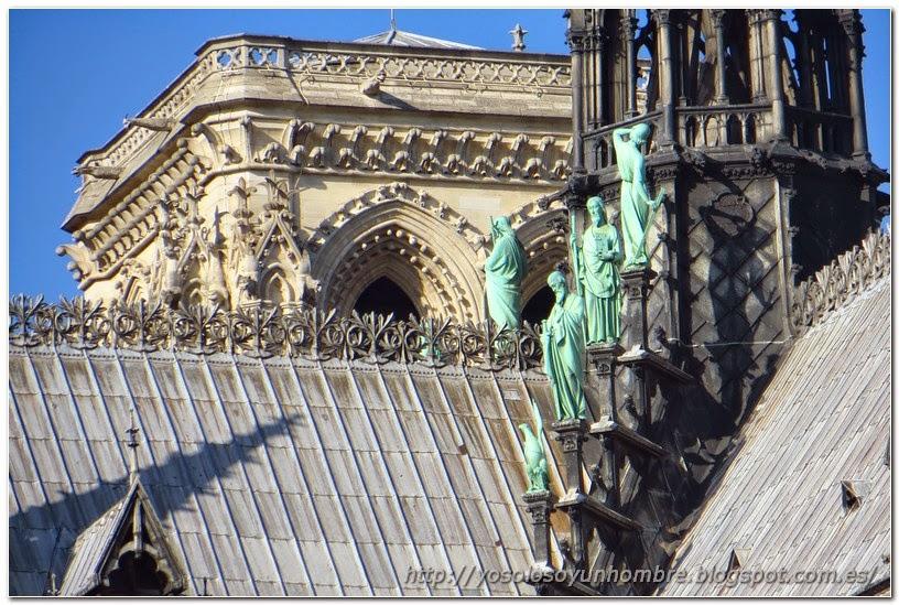 Figuras en el tejado de Notre Dame