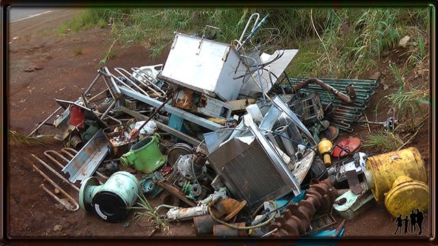 Décharge sauvage sur la route du Grand Sud, Nouvelle Calédonie
