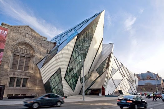 Street view of Royal Ontario Museum, cars driving by.