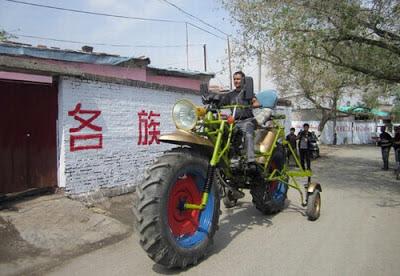 Chinês constrói moto com 4,3 metros de comprimento e rodas de trator