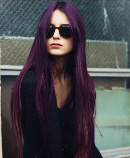 Warna rambut burgundy gaya lurus panjang warna kulit sawo matang