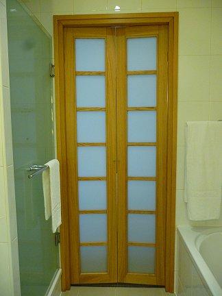 Bologna: la porta del bagno della camera al Novotel