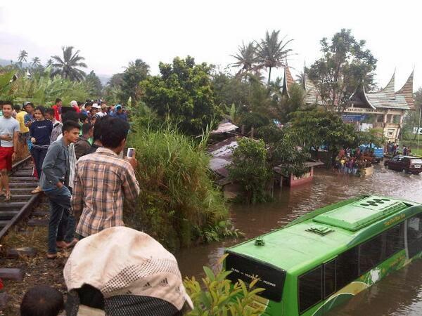 foto lengkap banjir di padang panjang januari 2014