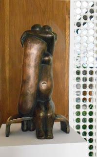 Statue style contemporain : Couple nu tendrement enlacé, ils attendent leur enfant