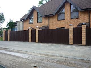 Забор из профлиста с кирпичными столбами. Фото 7