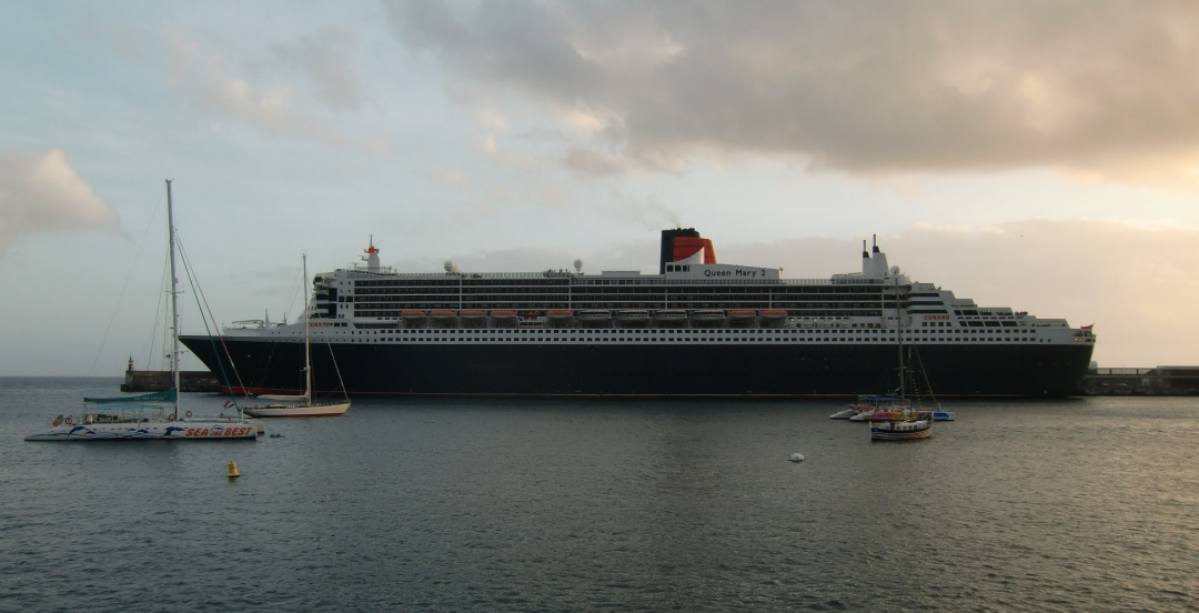 Dutchlink Queen Mary Leaves Funchal Harbour November - Queen elizabeth cruise ship wikipedia