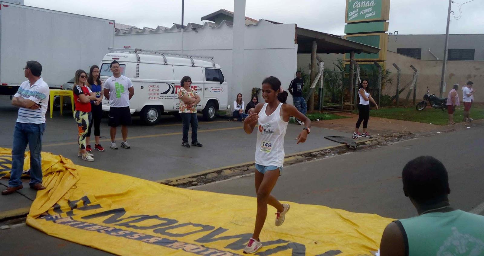 Foto 73 da 1ª Corrida Av. dos Coqueiros em Barretos-SP 14/04/2013 – Atletas cruzando a linha de chegada