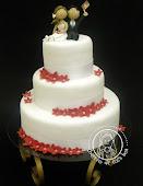 Bolo de casamento com florzinhas vermelhas