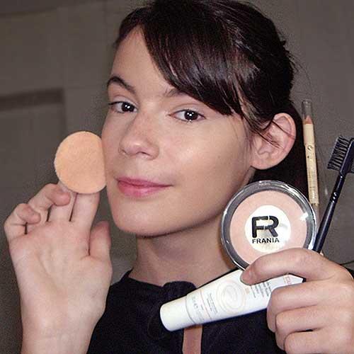 monika sanchez con cosmeticos para maquillajes de halloween