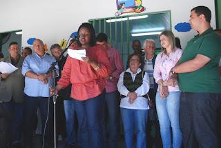 Diretora Maria do Carmo Pereira da Silva discursa em homenagem à ex-diretora Mara Luciana Brandão Bravo, vítima da tragédia de 2011 junto com o marido e os filhos