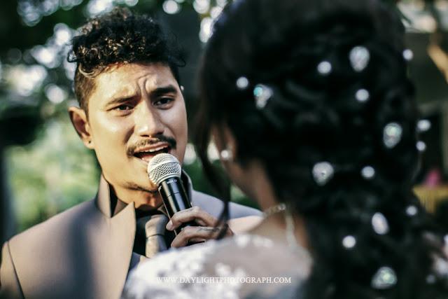 foto pengantin pria mengucapkan janji perkawinan