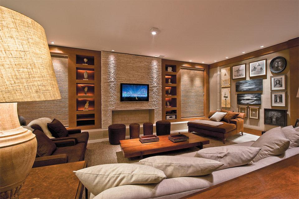 decoracao de sala luxo:revestidas de madeira com nichos embutidos, uma parede somente para