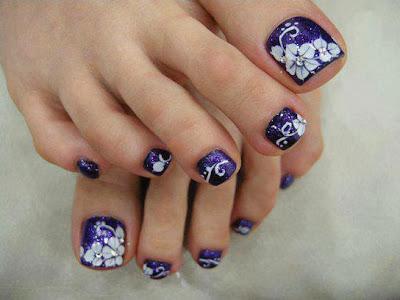 uñas de los pies pintadas de azul con flores