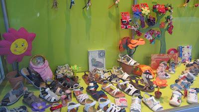 Escaparate calzado infantil de zapatos de niños y niñas on line en Zapanines